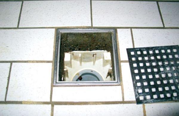 gulv og afløb i badeværelse