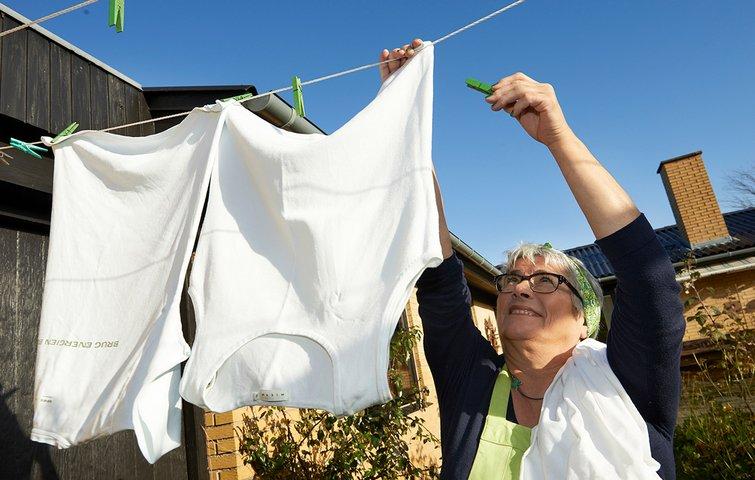 20e9f233 Dit hvide vasketøj kan forblive hvidt, hvis du vasker det rigtigt, og det  er også muligt at få det hvidt igen, hvis det er gulnet eller grånet, ...